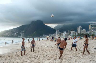 lugares turìsticos en Rio de Janeiro,playas paradisiacas en Rio de Janeiro,mùsica y alegrìa con los bailes de samba,el futball deporte tradicional,visitar Copacabana,deporte de surf,windsurfing,buceo,bares, discotecas.