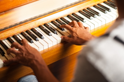 » Tocar un instrumento mùsical